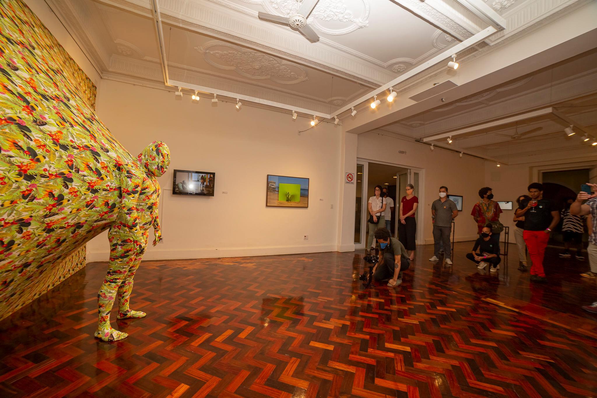 Performance acontecendo na galeria do Goethe-Institut Salvador   Festival Híbrido   Foto Caio Lírio